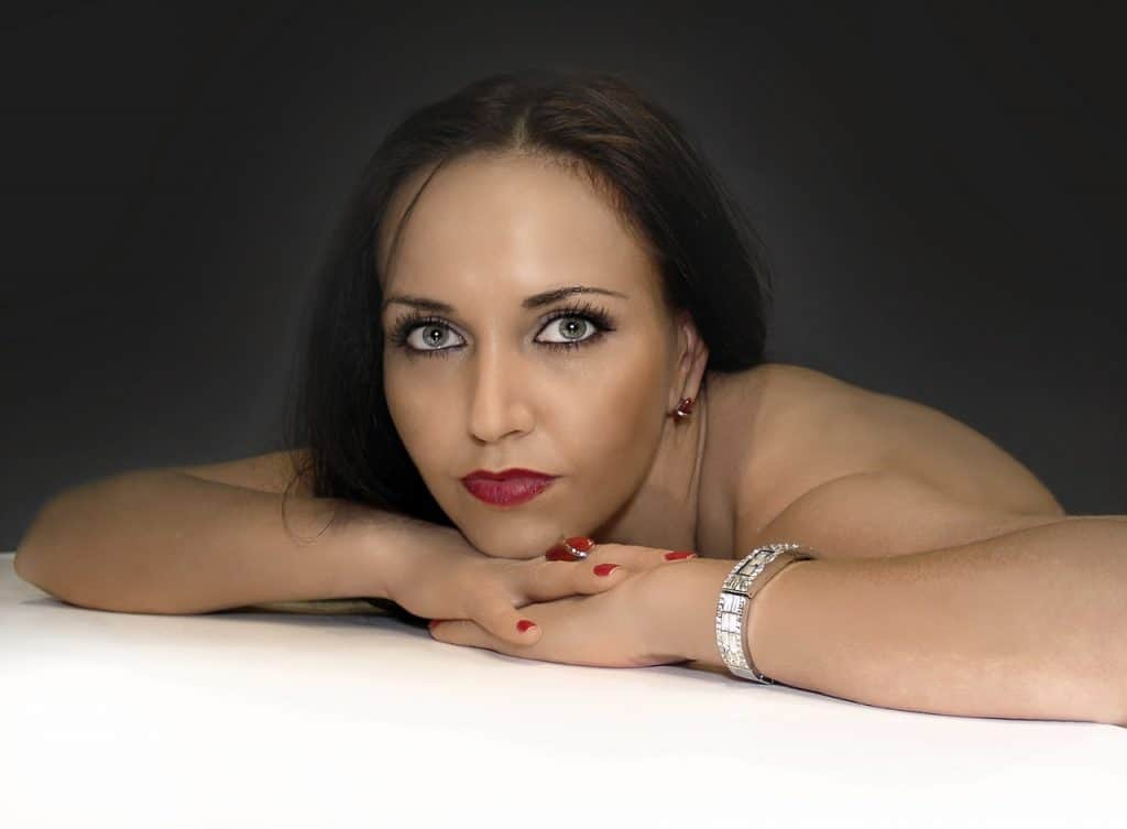 אישה עם צמיד יהלומים