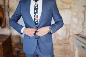 חליפה עם עניבה